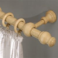 Ein Holz-Gardinenstange passt gut zu natürlichen Einrichtungsstilen.